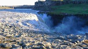 Opinión del verano de la cascada de Dettifoss en el parque nacional de Vatnajokull metrajes