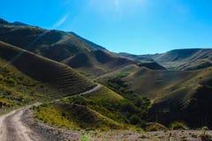 Opinión del verano de la meseta del montaje con el río en Turgen, Kazajistán Fotos de archivo libres de regalías