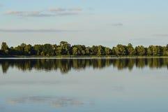 Opinión del verano de la orilla del lago Fotografía de archivo libre de regalías