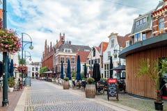 Opinión del verano del centro de ciudad con las tiendas, las barras y los restaurantes Fotografía de archivo