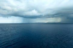 Opinión del verano del mar con el cielo tempestuoso (Grecia) Foto de archivo