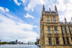 Opinión del verano del palacio de Westminser en Londres y el río Foto de archivo libre de regalías