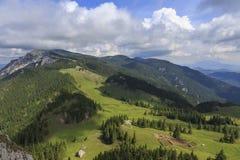 Opinión del verano en las montañas desde arriba imágenes de archivo libres de regalías