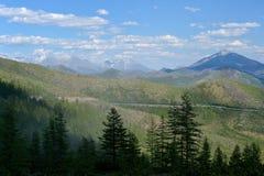 """Opinión del verano del paso de montaña Olchan Oymyakon, Yakutia Carretera federal 'Kolyma"""" P504 de Тhe fotos de archivo libres de regalías"""