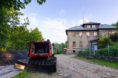 Opinión del verano sobre el parador de Szyndzielnia con el snowtrack en el lado del camino Fotos de archivo libres de regalías