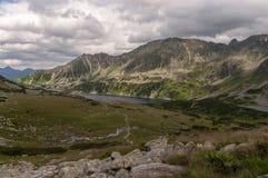 Opinión del verano del valle de cinco charcas polacas Montañas de Tatra Fotos de archivo