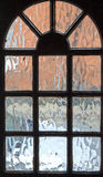 Opinión del vidrio esmerilado a través de la puerta principal imágenes de archivo libres de regalías