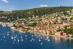 Opinión del Villefranche-sur-Mer sobre riviera francesa Foto de archivo libre de regalías
