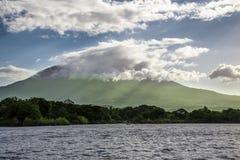 Opinión del volcán de Mombacho del agua Fotos de archivo