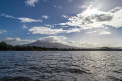 Opinión del volcán de Mombacho del agua Foto de archivo libre de regalías
