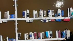 Opinión derecho abajo sobre pequeño puerto deportivo del río almacen de metraje de vídeo