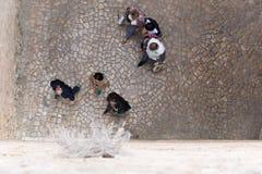 Opinión desde arriba de la gente que camina en el pavimento Imagenes de archivo