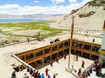 Opinión desde arriba sobre el lago tso Moriri y el patio del monasterio durante el festival de la danza del Cham fotografía de archivo libre de regalías