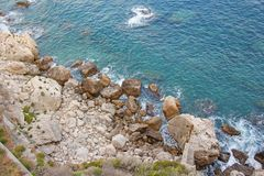 Opinión desde arriba sobre el mar y las piedras o las rocas en la ciudad de Taormina La isla de Sicilia, Italia Vista hermosa y e imagen de archivo