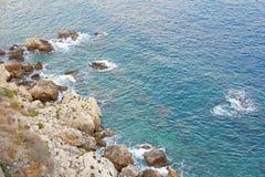 Opinión desde arriba sobre el mar y las piedras o las rocas en la ciudad de Taormina La isla de Sicilia, Italia Vista hermosa y e foto de archivo libre de regalías