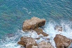 Opinión desde arriba sobre el mar y las piedras o las rocas en la ciudad de Taormina La isla de Sicilia, Italia Vista hermosa y e foto de archivo