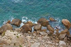 Opinión desde arriba sobre el mar y las piedras o las rocas en la ciudad de Taormina La isla de Sicilia, Italia Vista hermosa y e imagen de archivo libre de regalías