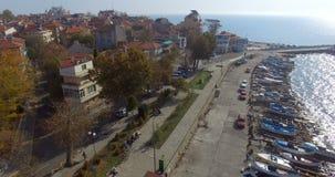 Opinión desde arriba sobre el terraplén de Pomorie cerca del embarcadero del barco en Bulgaria almacen de metraje de vídeo