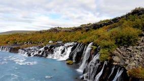 Opinión desde arriba sobre la cascada, encuesta aérea, Islandia almacen de metraje de vídeo