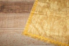 Opinión desde arriba sobre la tabla de madera con la servilleta de lino de la toalla o de la materia textil de cocina Copie el es fotos de archivo libres de regalías