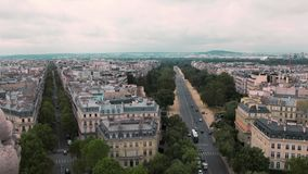 Opinión desde arriba, sobre los tejados de París, cámara lenta de Francia Coches del paisaje urbano en el camino Tirado del arco  metrajes