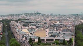 Opinión desde arriba, sobre los tejados del distrito bohemio de Montmartre Cámara lenta de París, Francia Coches del paisaje urba metrajes