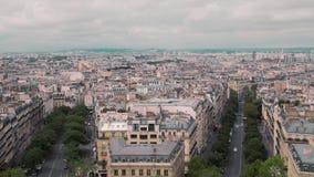 Opinión desde arriba, sobre los tejados del distrito viejo de París, por la cámara lenta de Francia Coches del paisaje urbano en  almacen de video