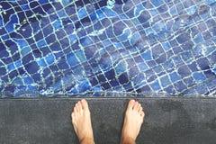 Opinión desde arriba sobre pies masculinos desnudos en el lado de la piscina Imagen de archivo