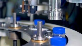 Opinión detallada sobre proceso que capsula y de aislamiento de la botella de leche almacen de metraje de vídeo