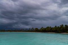 Opinión distante de la costa dominicana del agua en día nublado foto de archivo libre de regalías