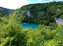 Opinión distante panorámica sobre el lago con agua azul-coloreada luminosa Árboles y verdor alrededor Lagos Plitvice, Croatia fotos de archivo