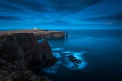 Opinión distante sobre el faro de la cabeza de Duncasby, costa septentrional del scot imagen de archivo