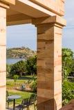 Opinión distante sobre el templo de Poseidon Fotos de archivo libres de regalías