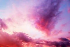 Opinión dramática del panorama de la atmósfera del cielo crepuscular de la fantasía colorida imagenes de archivo
