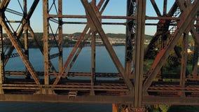 Opinión dramática del perfil del puente grande, viejo del ferrocarril sobre el río Ohio almacen de video