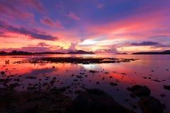 Opinión dramática hermosa de la puesta del sol del paisaje o del cielo de la salida del sol del mar Foto de archivo libre de regalías