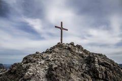 Opinión dramática sobre cruz de la cumbre imagen de archivo libre de regalías