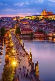 Opinión el castillo y Charles Bridge de Praga imágenes de archivo libres de regalías