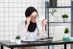 Opinión el doctor musulmán joven con la caja de medicinas de las píldoras imagenes de archivo