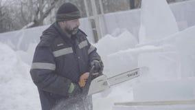 Opinión el escultor que talla el hielo movimiento Corte el hielo con una motosierra Corte y haga la escultura de hielo Tajar el h metrajes