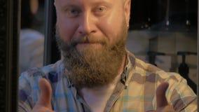 Opinión el hombre calvo barbudo que sonríe y que muestra los pulgares para arriba metrajes