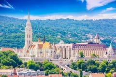 Opinión el lado de Buda de Budapest con la iglesia del St Matías y el bastión de los pescadores Día asoleado del verano imagenes de archivo