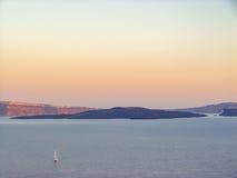 Opinión el mar y Volcano Caldera en Santorini Imagenes de archivo