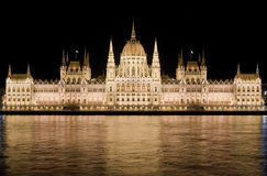 El parlamento húngaro por noche en Budapest Imagenes de archivo