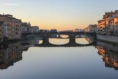Opinión el Ponte Santa Trinita puente-Florencia, Italia imágenes de archivo libres de regalías