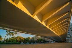 Opinión el puente sobre el parque de Turia y la gente de los deportes durante puesta del sol valencia fotos de archivo libres de regalías