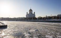Opinión el río de Moskva y el Cristo el día de invierno de la catedral del salvador, Moscú, Rusia Imágenes de archivo libres de regalías