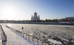 Opinión el río de Moskva y el Cristo el día de invierno de la catedral del salvador, Moscú, Rusia Fotografía de archivo