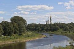 Opinión el río Vologda y el santo Sophia Cathedral con la plataforma perezosa en la ciudad de Vologda Imagen de archivo libre de regalías