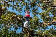 Opinión el santo Augustine Lighthouse detrás de árboles en Anastasia Island en la Florida foto de archivo libre de regalías